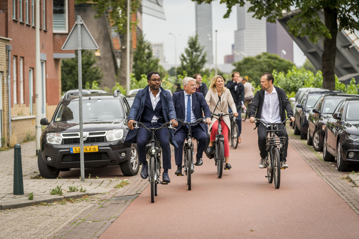 Den Haag, 27 augustus 2020.<br /> Burgemeester Jan van Zanen brengt een werkbezoek aan stadsdeel Laak in Den Haag. FOTO GEMEENTE DEN HAAG / VALERIE KUYPERS