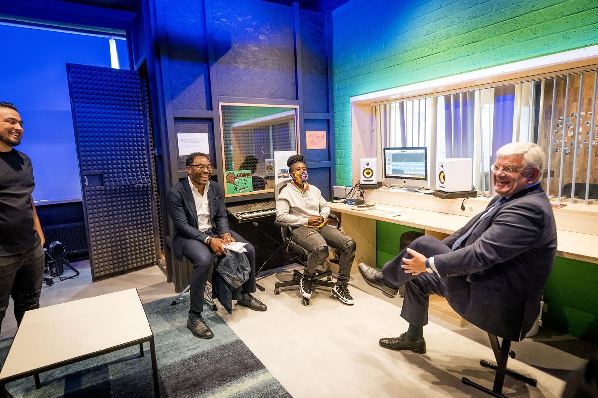 Den Haag, 27 augustus 2020. Burgemeester Jan van Zanen brengt een werkbezoek aan stadsdeel Laak in Den Haag. FOTO GEMEENTE DEN HAAG / VALERIE KUYPERS